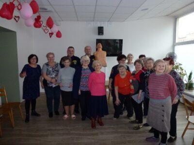 Wspólne zdjęcie uczestników kursu pierwszej pomocy w Klubie Seniora